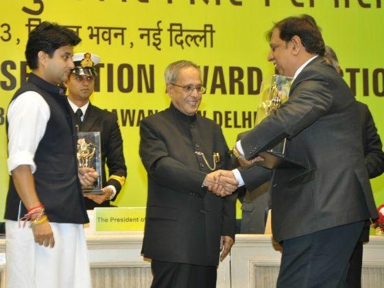 VP Vijay Kalra receiving award from Prez Pranab Mukherjee