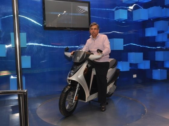 Pawan Munjal with the Leap Concept at last 2012 Auto Expo