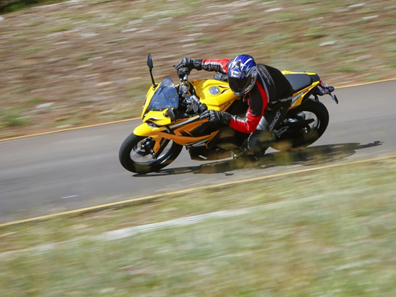 Bajaj Pulsar RS200 cornering pic