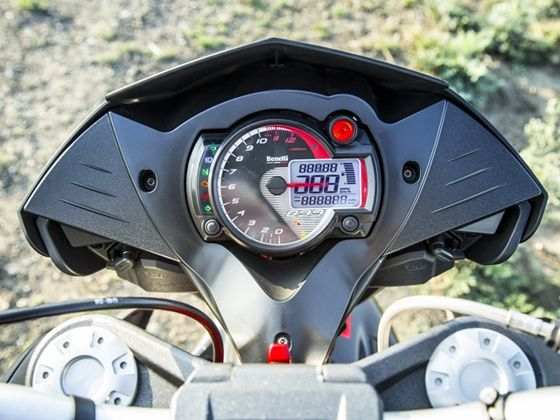 Benelli TNT 899 comes with a large analogue tacho and a small digital display