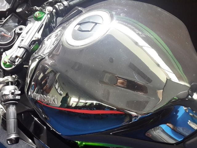 Kawasaki Ninja H2 fuel tank and paint